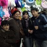 Marktverkäuferin mit ihren Kindern