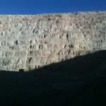 Die Cuqui-Mine. Man beachte den kleinen Schatten des mächtigen Muldenkippers